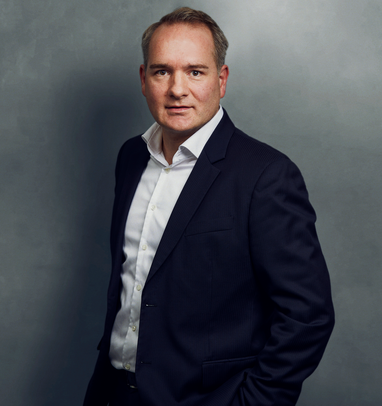 Meet the Team of experts - Photo of Martin Seegers, person in business suit, smiling, male, gallantly, standing upright