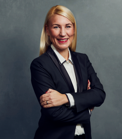 Meet the Team of experts - Photo of Sina Zurbrüggen, person in business suit, smiling, female, friendly, standing upright, crossed arms