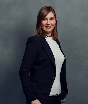 Meet the Team of experts - Photo of Viktoria Speyerer, person in business suit, smiling, female, friendly, standing upright